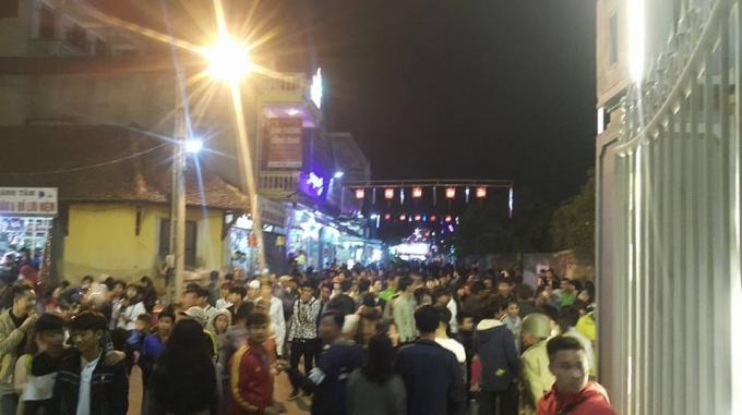 Khoảng 19h, dòng người đổ về khu vực nhà thờ Đá Phát Diệm (Kim Sơn- Ninh Bình).
