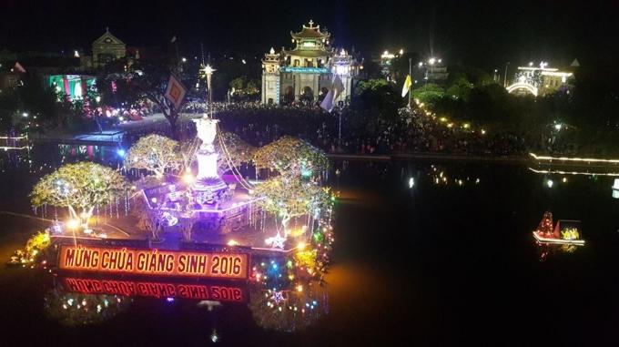 Nhà thờ Đá Phát Diệm (Kim Sơn-Ninh Bình) trong đêm giáng sinh.