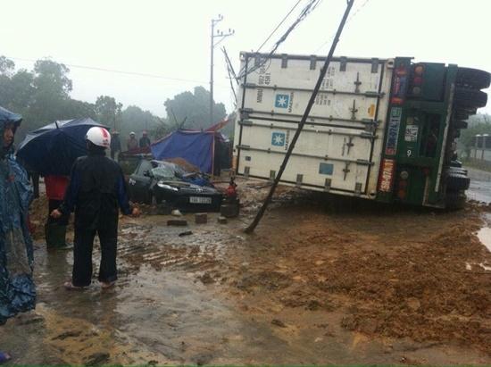 Hiện trường vụ tai nạn giao thông làm 1 người chết và 2 người bị thương sáng nay (11/1) tại Phú Thọ. Ảnh: Công Lý.