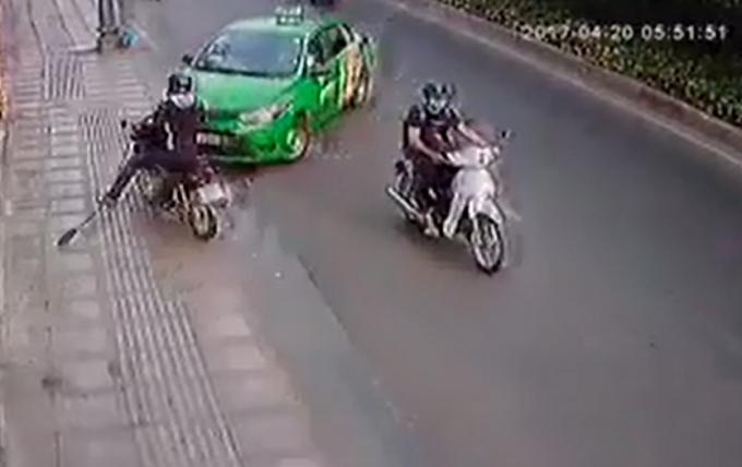 Hìnhảnh tài xế taxi tông vào tên cướp.Ảnh: Cắt từ clip.