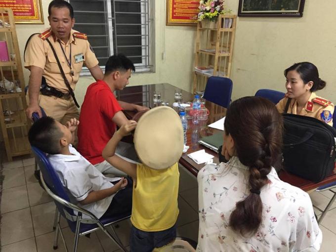 Hai cháu bé được lực lượng CSGT Đội 1 giúp đỡ và đưa về trụ sở an toàn.