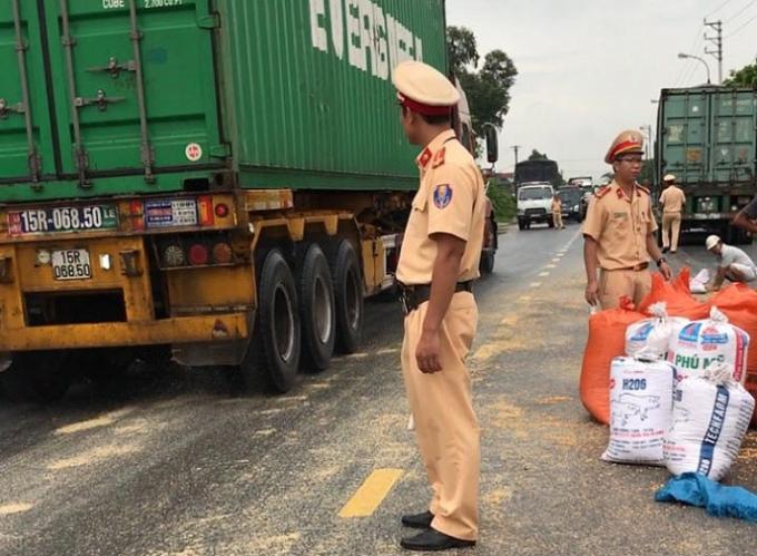 Ngoài việc thu gom ngô, các chiến sĩ CSGT con tiến hành phân luồng giao thông, tránh ùn tắc tại nơi xảy ra sự việc.