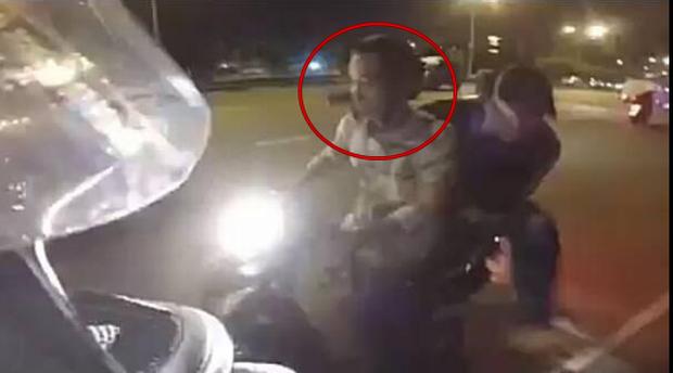 Hai đối tượng nghi là cướp mang theo súng áp sát xe máy của nam thanh niên. Ảnh cắt từ clip