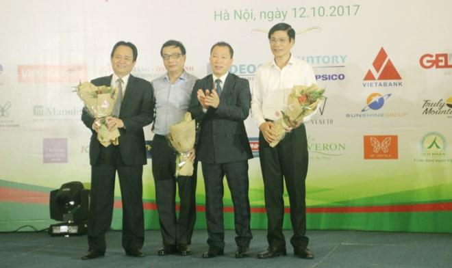 Tiến sỹ Đào Văn Hội tặng hoa cho Hội đồng bình chọn cuộc thi