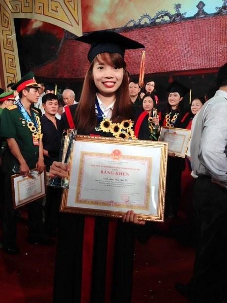 Nữ thủ khoa Bùi Thị Hà tại Lễ tôn vinh thủ khoa năm 2016 ở Văn Miếu - Quốc Tử Giám. Ảnh: NVCC.