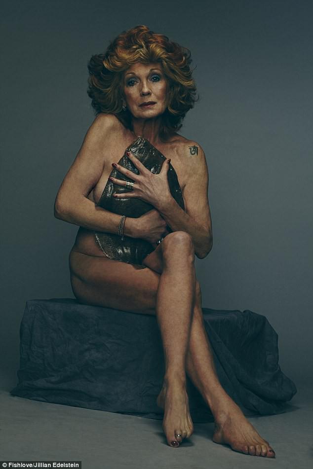 Nữ diễn viên người Anh Rula Lenska (70 tuổi) ôm một con cá bơn vỉ.