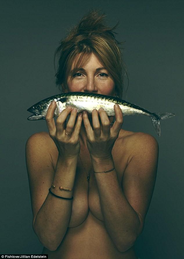 Nữ diễn viên Eve Best (46 tuổi) chụp hình với một con cá thu.