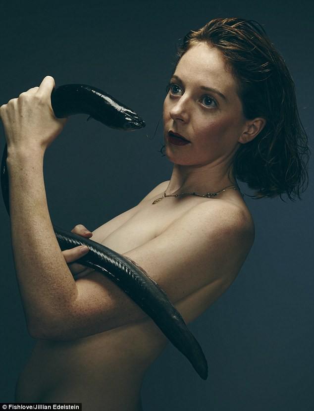 Nữ diễn viên Florence Keith-Roach chụp hình với một con lươn.