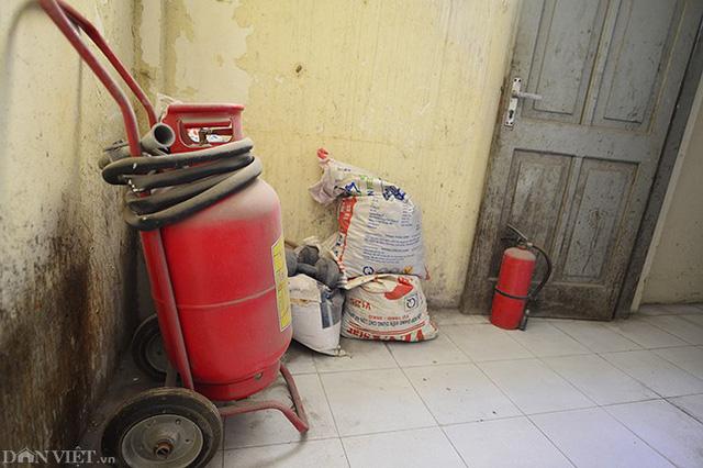 Các bình cứu hỏa vứt chỏng chơ một góc. Hệ thông cứu hỏa phủ bụi và ít được kiểm tra.