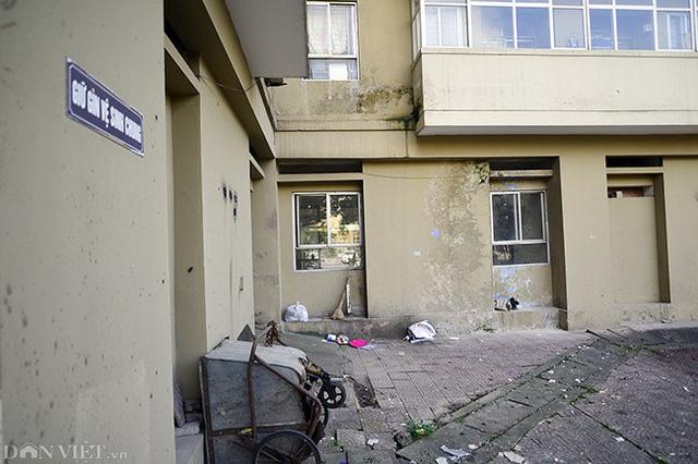 Bên ngoài tòa B3A Nam Trung Yên rác thải bẩn thỉu, thậm chí người dân không vứt rác vào hệ thống kho rác chung của tòa nhà, mà vứt thẳng xuống dưới.