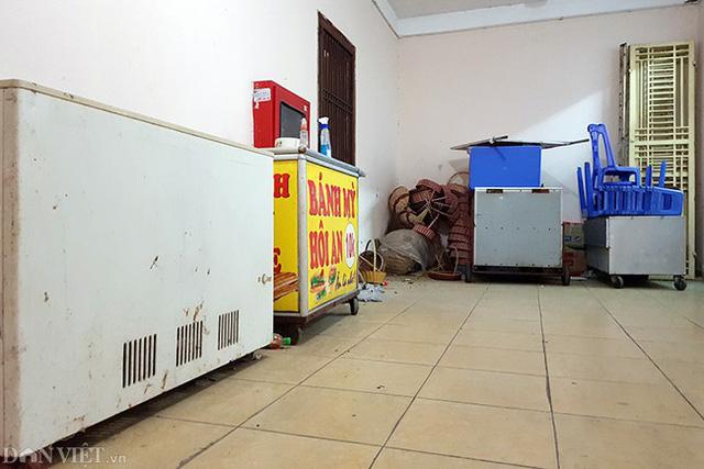 Tầng 1 tại tòa B3A Nam Trung Yên trở thành nơi cất đồ của một số hộ dân kinh doanh.
