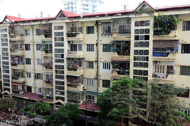 Khu nhà tái định cư N06 Dịch Vọng nằm gần đường Nguyễn Phong Sắc và Trần Đăng Ninh. Tòa nhà này được xây dựng cách đây gần 10 năm.