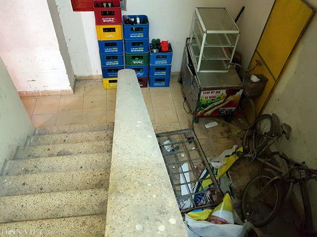 Ngay cổng vào tòa nhà Vọng mọc lên nhiều cửa hàng tạp hóa, bán trà đá, làm thu hẹp lối đi chung của tòa nhà. Bên trong cầu thang bộ là nơi chứa đồ.