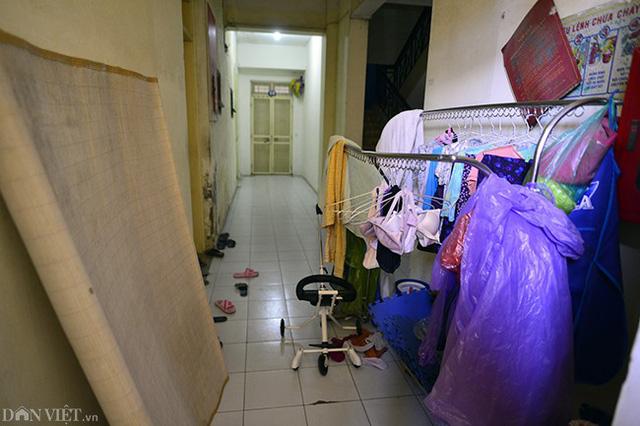 Hành lang, các lối đi lại tại khu tái định cư N5B Trung Hòa - Nhân Chính khá chật hẹp. Người dân còn tận dụng để phơi quần áo và để đồ đạc.