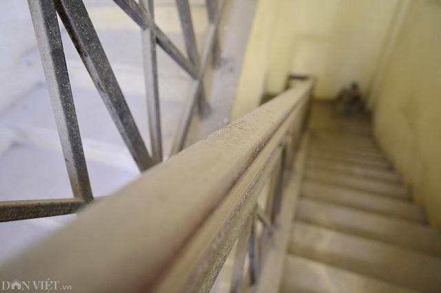 Cầu thang bộ khá bẩn thỉu, bụi bám lớp dày tại tay vịn cầu thang.