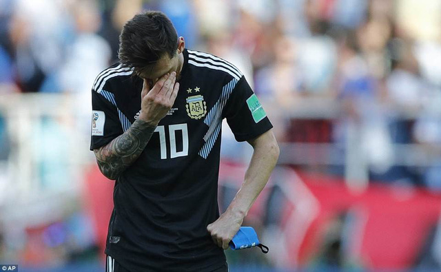 Messi buồn bã... Ảnh: AP