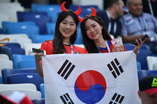 Fan Hàn Quốc trên khán đài sân bóng tại nước Nga