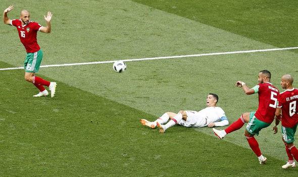 C.Ronaldo đã yêu cầu trọng tài sử dụng công nghệ VAR khi ngã trong vòng cấm địa của Ma rốc
