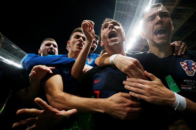 Cả đội vỡ òa hạnh phúc sau khi Mandzukic ghi bàn ấn định chiến thắng 2-1