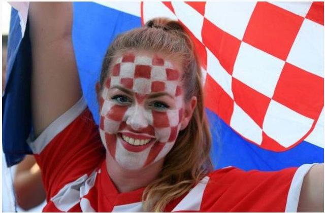 Niềm vui của nữ cổ động viên Croatia sau chiến thắng nghẹt thở trước Anh