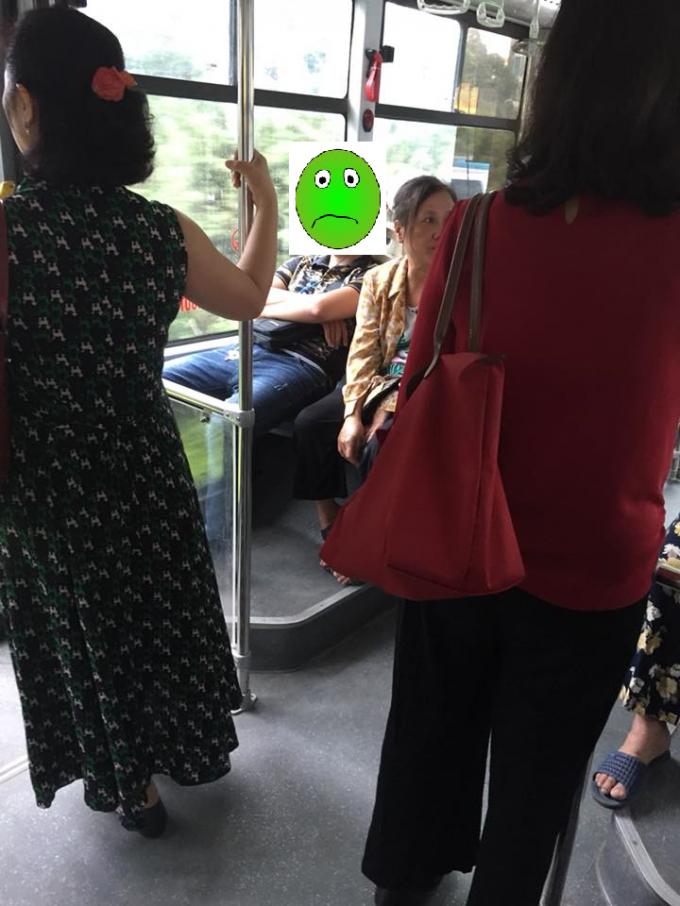 Hình ảnh nam thanh niên được cho là không nhường ghế cho người già, phụ nữ mang thai. (Ảnh: Facebook Trần Huyhuy)