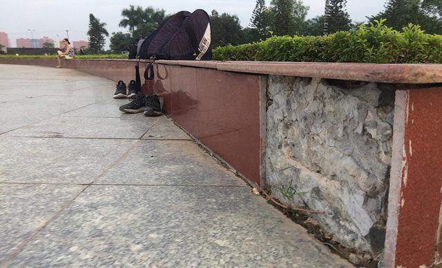 Đá ốp bồn hoa của công viên Hoà Bình bỏng tróc.
