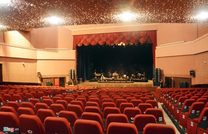 Nhà hát có sức chứa hơn 1.000 chỗ ngồi. Theo lãnh đạo TP.HCM, sau ngày 30/4/1975, thành phố đầu tư xây dựng Nhà hát Hòa Bình, Nhà hát Bến Thành nhưng đến nay các công trình đã xuống cấp, không đạt tiêu chuẩn để tổ chức biểu diễn theo yêu cầu của các đoàn nghệ thuật đẳng cấp quốc tế.