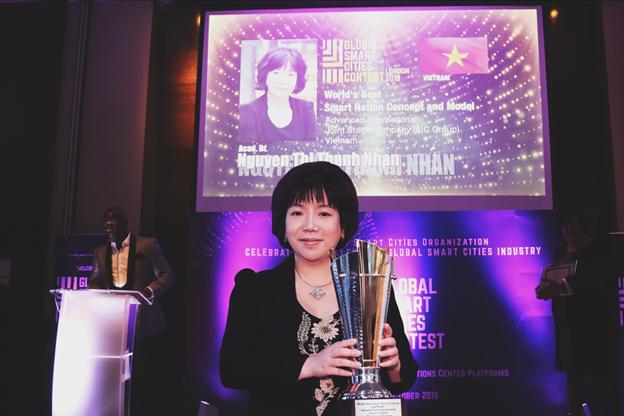 """Nữ viện sĩ Nguyễn Thị Thanh Nhàn là người Việt Nam đầu tiên nhận giải thưởng xuất sắc nhất """"Ý tưởng, mô hình và hệ thống tích hợp về quốc gia thông minh nhất thế giới"""" cùng danh hiệu """"CEO có tầm nhìn xuất sắc nhất về Quốc gia thông minh."""
