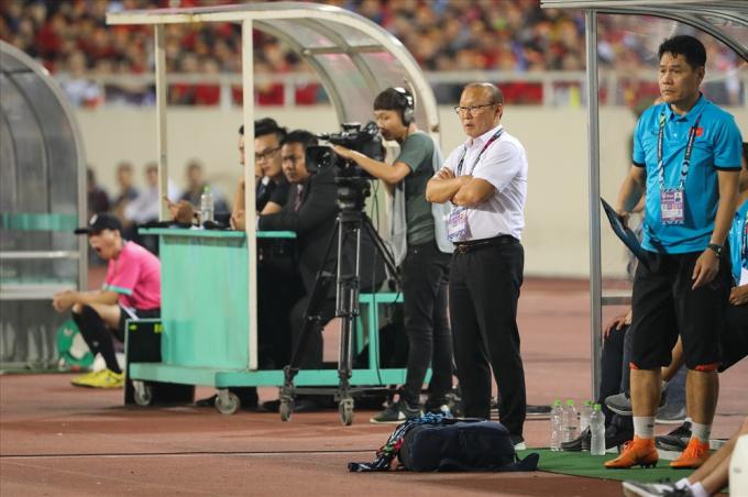 Trong 90 phút thi đấu trận Việt Nam - Philippines, HLV Park Hang-seo liên tục đứng ngồi không yên.