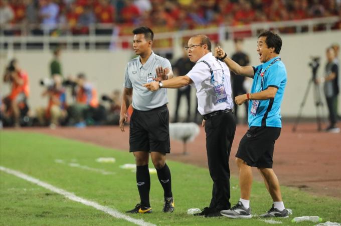 Ông Park và trợ lý Lee phản ứng về một tình huống cầu thủ Việt Nam bị chơi xấu.