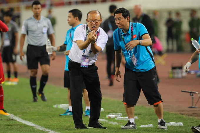 Ông trao đổi và truyền đạt thông tin với trợ lý ngôn ngữ Phan Duy Tuấn.