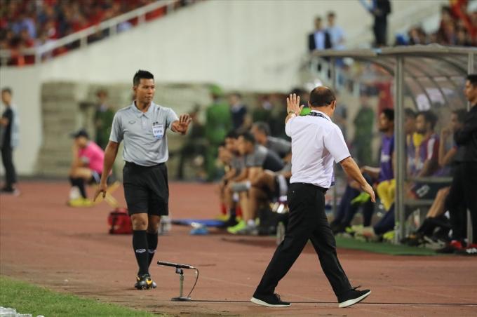 Ông Park nhiều lần không hài lòng với các quyết định của trọng tài.