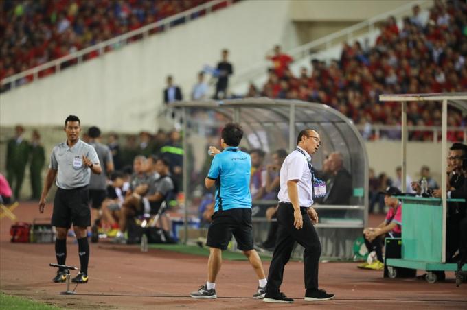 Ngoài ra, trợ lý Lee cũng thường xuyên có những thắc mắc với các trọng tài về các tình huống đội bạn phạm lỗi thô bạo.