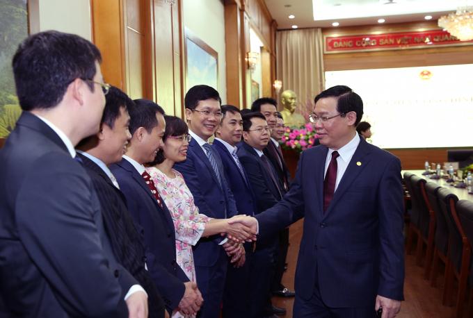 Phó Thủ tướng Vương Đình Huệ cùng các cán bộ, công chức của Uỷ ban Quản lý vốn Nhà nước tại doanh nghiệp. (Ảnh: VGP/Thành Chung)
