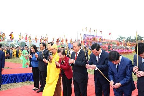 Phó Thủ tướng Trương Hòa Bình dâng hương tưởng nhớ Vua Lê Hoàn. (Ảnh: VGP/Lê Sơn)