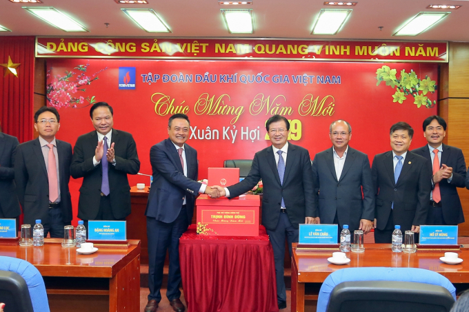 Phó Thủ tướng Trịnh Đình Dũng tặng quà mừng năm mới Tập đoàn Dầu khí Việt Nam. (Ảnh: PetroTimes)