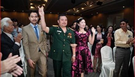 Lê Xuân Giang (người mặc quân phục, tự đeo hàm Đại tá), Chủ tịch HĐQT Công ty Liên kết Việt, khiến nhiều người lầm tưởng Liên Kết Việt là Cty của Bộ Quốc Phòng.(Ảnh: VNN)