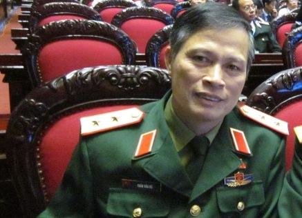 """Trung tướng Trần Văn Độ cho rằng, Liên Kết ViệtViệc đã lợi dụng tính cách đơn giản, dựa vào thói quen """"sính danh""""của người dân để trục lợi. (Ảnh: Lương Liễu)"""