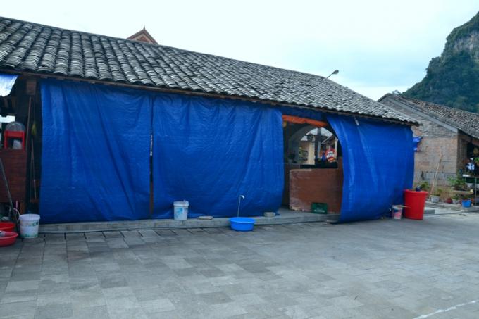 Nhiều hàng quán dùng bạt che phủ gây nên hình ảnh không đẹp cho khu phố du lịch.
