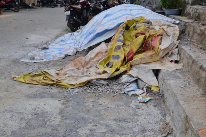 Ở ven đường khu phố đi bộ, vật liệu xây dựng được vứt ngổn ngang.