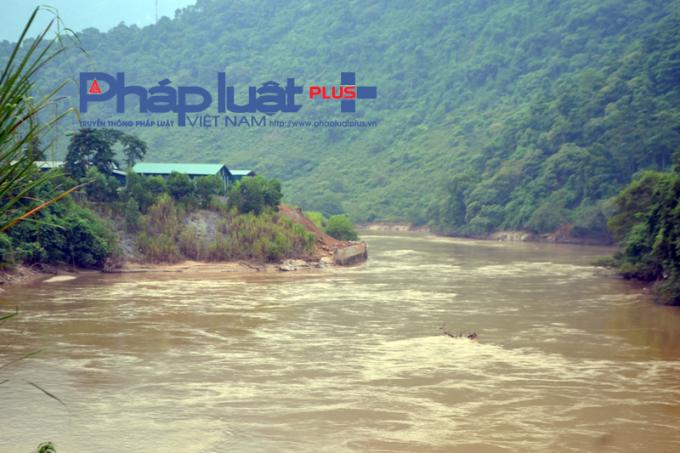 Cho đến thời điểm hiện tại công ty Đông Tùng vẫn chưa hoàn thành phá dỡ công trình bê tông ảnh hưởng đến dòng chảy.