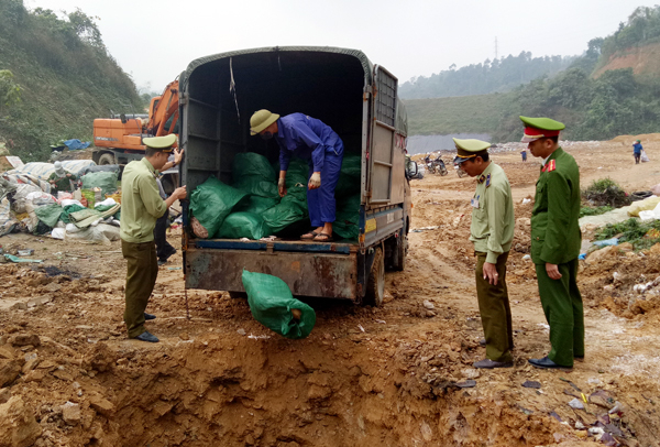 Lực lượng chức năng thu giữ và tiêu hủy chân gà lậu. (Ảnh: Baolaocai.vn).