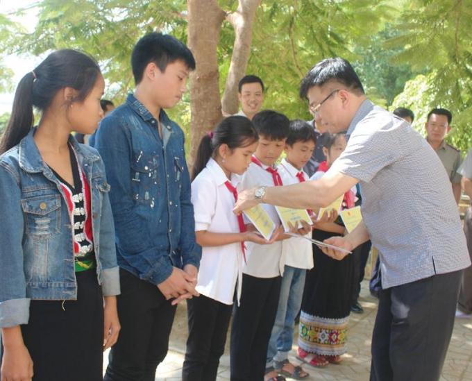 Bộ trưởng trao quà cho học sinh trường Phổ thông Dân tộc bán trú THCS Tam Chung, Mường Lát, Thanh Hóa.