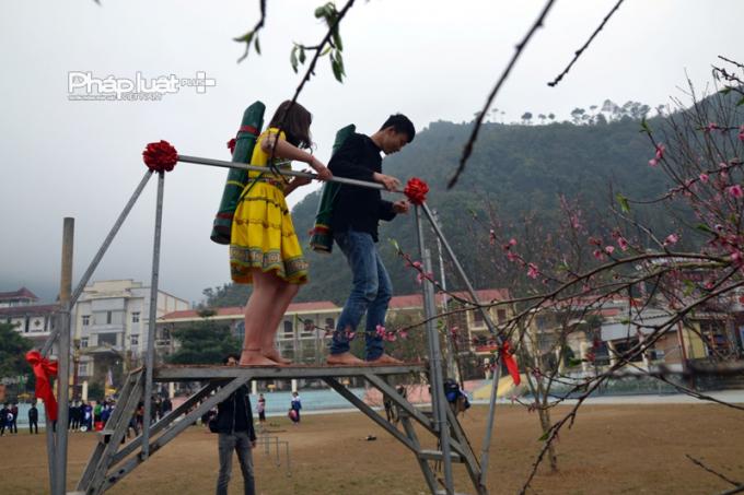 Thi ghánh nước là hội thi được nhiều đôi nam - nữ thanh niên hào hứng tham gia.