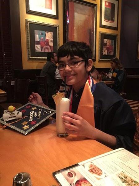Tanishq ăn tối tại nhà hàng yêu thích sau lễ tốt nghiệp.