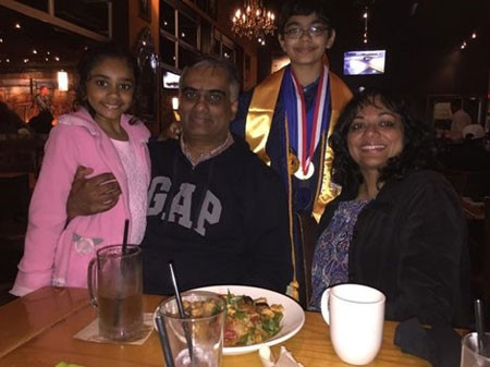 Tanishq bên gia đình của mình.