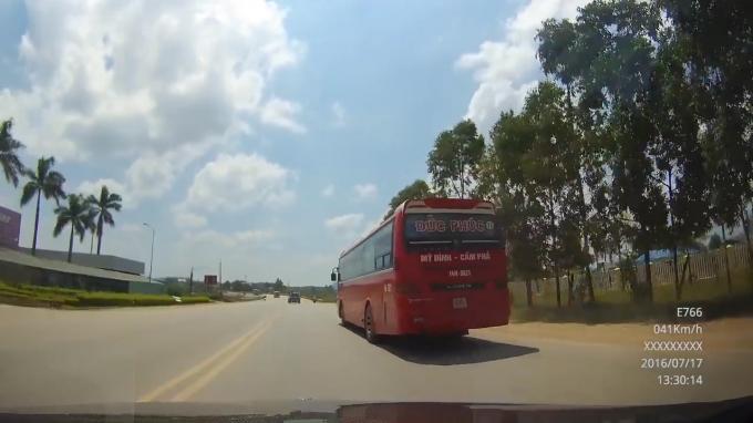 Xe khách nhà xe Đức Phúc ngang nhiên vượt phải, lượn lách.