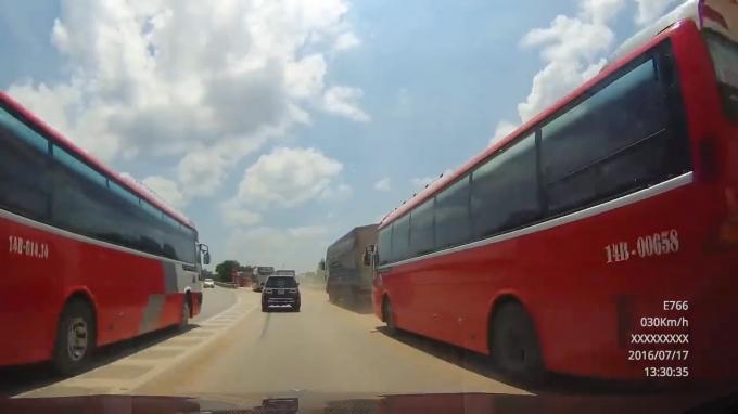 Hai chiếc xe khách lao vun vút, ngược chiều bất chấp các phương tiện đang lưu thông trên đường.