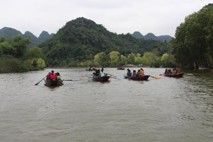 Những con thuyền chở khách tham quan trên suối Yến.