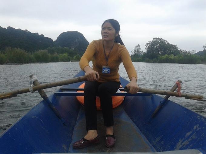 Chị Hoa vừa chèo thuyền vừa chia sẻ mọi câu chuyện với du khách.
